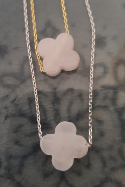 Ketting Door Roos clover rose quartz stone